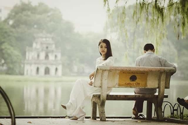 Cara Tepat Menenangkan Perempuan yang Sedang Menangis